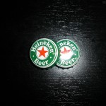 195058_Papel-de-Parede-Tampas-Heineken-na-mesa_1600x1200
